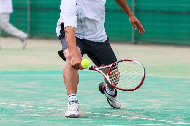 テニスする人