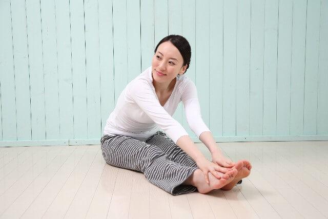 膝の痛みを緩和する足上げ体操!しなやかな筋肉を作るストレッチ方法について